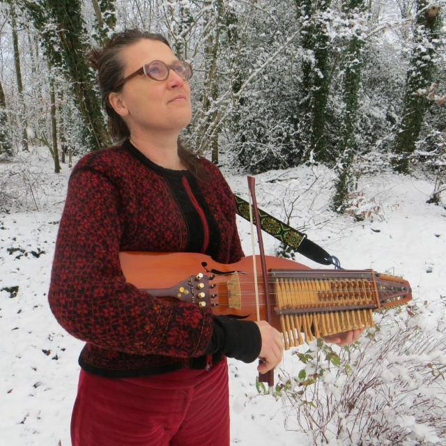 Jantien Schaap playing Nyckelharpa in the snow